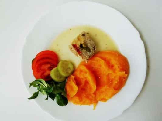 Karlovarský kotouč, bramborovo-mrkvová kaše, zeleninová obloha