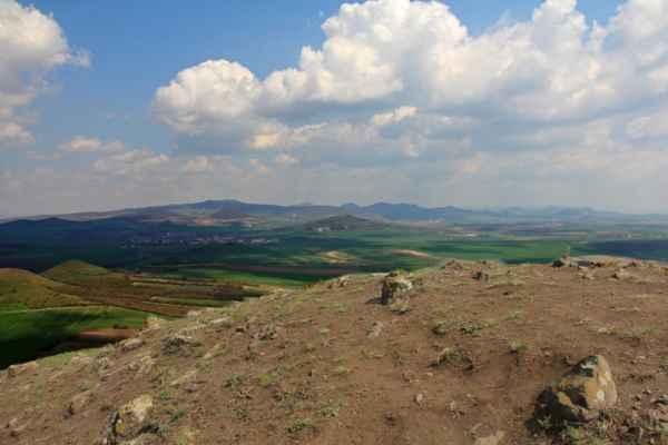 z vrcholu Brníku pohled na SV - hlavní masiv Českého středohoří