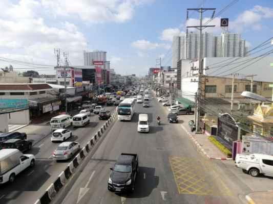 Nejrůznější silnice v Pattayi Sukhumvit. Počkáme si na městského taxika, který nás zaveze přes celou Pattayu pouze za 20,- BHT.