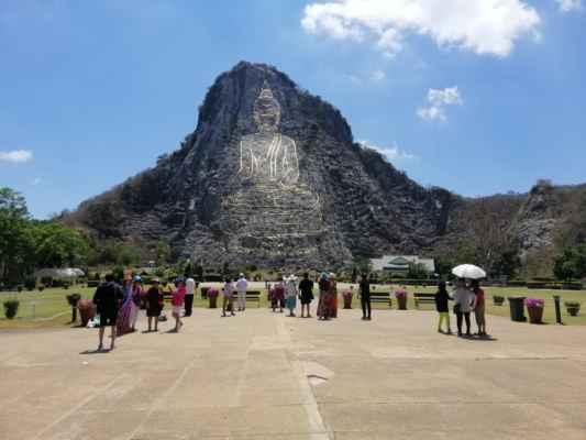 Obraz Buddhy, který sedí se křížovými nohama, jednou rukou  spočívající na koleně a druhá v klíně, byla vyryta do severní strany Khao Chi Chan. Osamělý vápencový vrch byl kdysi používán k zásobování místního stavebního průmyslu materiály. V roce 1996 na počest výročí zlatého jubilea Jeho vysosti krále byl do skály vyřezán 109 metrový a 70 metrů široký obraz, který byl na základě doporučení tehdejšího Nejvyššího patriarchy vvroben ve zlatě. Obraz byl navržen s použitím počítačového softwaru a poté byl pomocí laseru vytažen na stranu Khao Chi Chan. To bylo provedeno úplně v noci, takže bylo jasnější vidět světlo laseru. Během dne by byl obraz fixován a upraven. Konečně, s dokončeným výkresem, zlato bylo použito k vyplnění sochy.