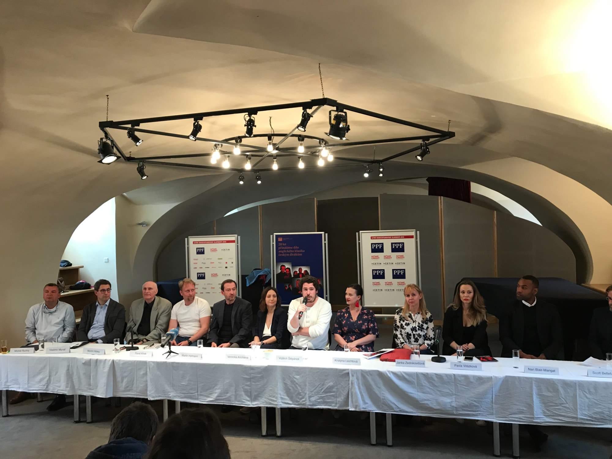 Na tiskové konferenci k letošnímu ročníku Shakespearovských slavností nechyběl překladatel Martin Hilský (třetí zleva), režiséři Pavel Khek (čtvrtý zleva) a Vojtěch Štěpánek (s mikrofonem) nebo herci Martin Hofmann (pátý zleva) a Veronika Arichteva (šestá zleva)