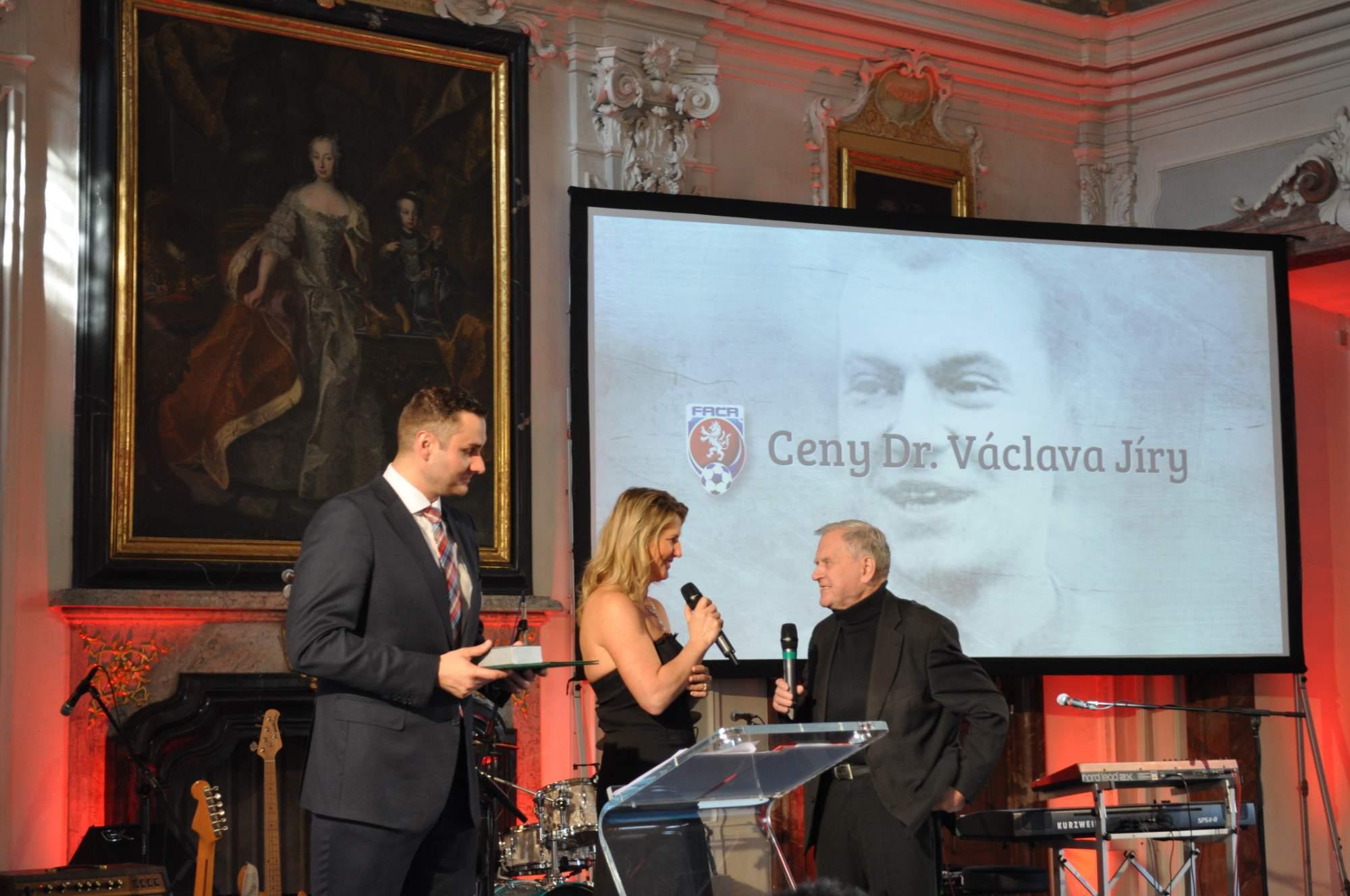 Fotbalovou Cenu Václava Jíry přebírá Václav boreček (vpravo)