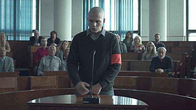 Snímek Ostrým nožom je celovečerním debutem režiséra Teodora Kuhna.