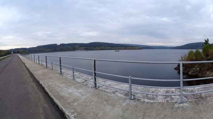 Letmý dotek Josefodolské přehradní nádrže na panoramatickém snímku