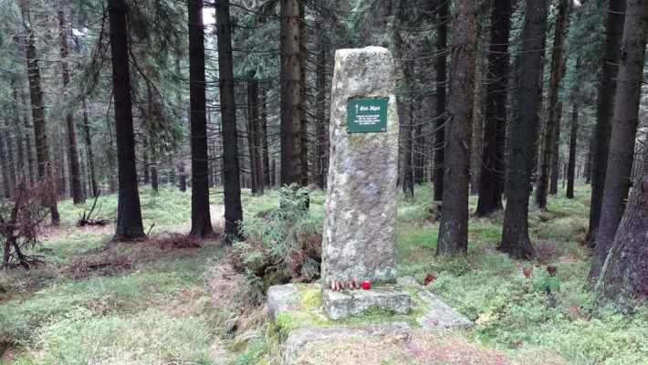 Jizerské hory jsou pověstné množstvím pomníčků. Jägerova smrt. Pomník stojí u Kristiánovské cesty vedoucí z Kristiánova na Kneipu. Byl vystaven na památku dřevaře Jägera, který zde v lednu 1927 umrzl během svážení dřeva. Dne 28. ledna 1927 ráno ho u převrácených saní našel dřevorubec Hausmann. Jäger byl v bezvědomí a přimrzlý k cestě. Dřevorubec ho odvezl do hájovny, kde však brzy zemřel