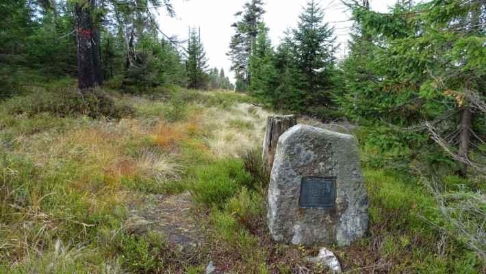 Asi 50 metrů stranou od chodníku je pomníček smutné události. V roce 1930 na tomto místě spáchal sebevraždu devatenáctiletý Hans Simon. Jeho tělo našel po měsíci pátrání hajný Bradler