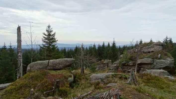 Skalky kousek před vlastním sedlem Holubníku je vrchol 1007 m.n.m. s názvem Bílá smrt
