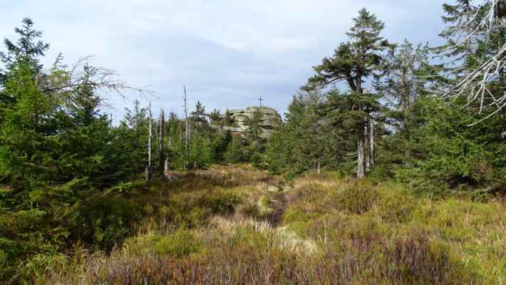 Vrcholová skála na Holubníku s nadmořskou výškou 1071 metrů je 5. nejvyšší horou české části Jizerek