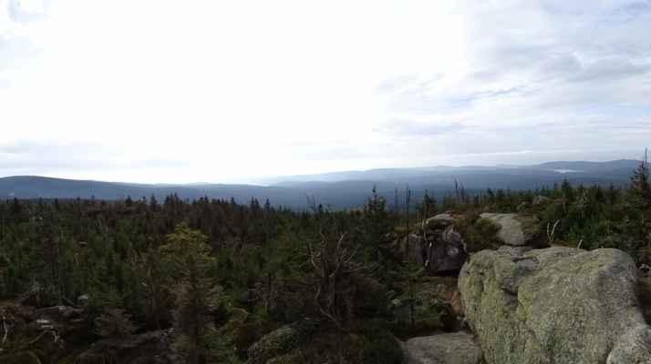 Pohled jižním směrem je silně mlžný a tak snad jen upozornění na vodní nádrže Josefodolka vlevo a Bedřichovka vpravo