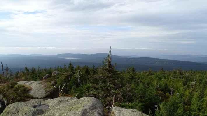 Vodní nádrž Bedřichovka a za ní Milíř, uprostřed za špičkou stromů je Brdo, vlevo vzadu od Bedřichovky Žulový vrch nad severovýchodním Libercem, a blíže úplně doleva se táhne Maliník