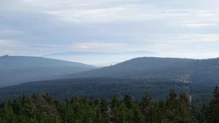 Vrcholová skála na Jizeře vlevo, vzadu zasněžené Sněžné jámy a Vysoké kolo, vpravo za Sněžnými věžičkami je dominantní Kotel, z levé části pak Harrachovy kameny, vpravo pak blíže Zámky