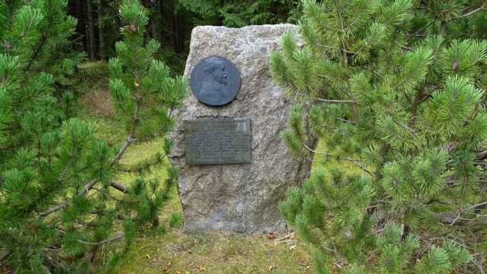 Pomník doktora Přemysla Šámala je připomínkou jeho častých návštěv zdejšího loveckého zámečku ve 30. letech 20. století