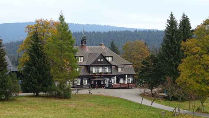 Lovecký zámeček Nová Louka. Dům majitele sklárny Riedla koupili v roce 1844 Clam-Gallasové a nechali ho přestavět na lovecký zámeček. V roce 1929 se stal sídlem lesní správy a vládním rekreačním objektem. Často zde pobýval kancléř Přemysl Šámal, po kterém je dnes zámeček pojmenován. V současné době je objekt využíván jako hotel a restaurace Šámalova chata