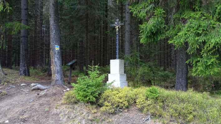 Gahlerův kříž. Kříž nechal postavit hajný Gahler na památku své dcery. Zmínka o kříži je z roku 1843, v 60. letech 20. století byl kříž kvůli rozšiřování cesty odstraněn. 21. září 2016 byl Gahlerův kříž obnoven, ale bohužel byl již 31. května 2017 odcizen vandaly