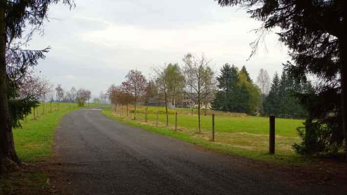 Hrabětická silnice s chatou Tesankou