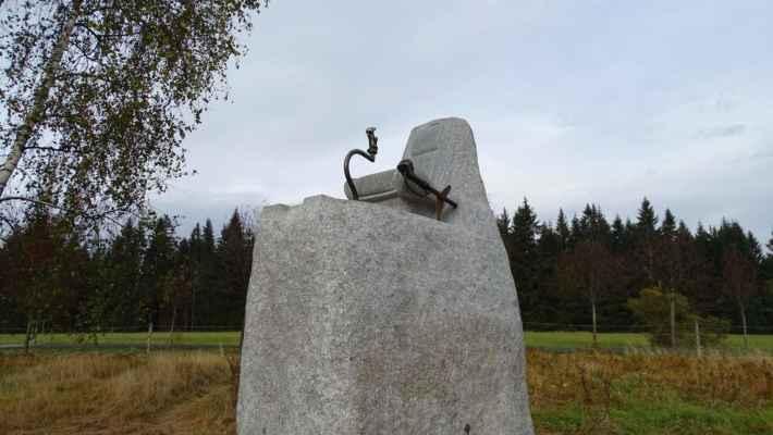 Nedaleko od ní je pilotní pomník: sedačka s kniplem