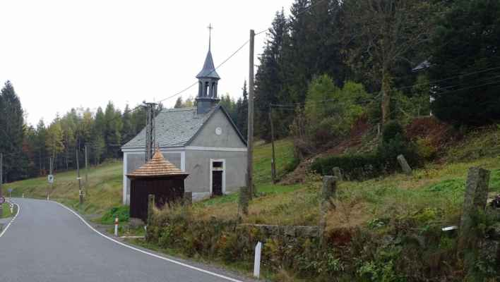 Kaple Navštívení Panny Marie v Karlově. U zázračné studánky byla v roce 1762 postavena dřevěná kaple, tu v roce 1803 nahradila kaple kamenná, která byla do dnešní podoby přestavěna v roce 1865