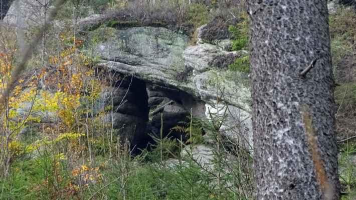 Ve východním svahu Karlovské stráně je tato kamenná brána
