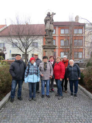 Náměstí v Přešticích se sv.Janem a naše parta, která si udělala čas i před vánoci - V Přešticích žije k 1.1.2019 celkem 7.114 obyvatel. První písemná zmínka o Přešticích je z roku 1226, na město byly Přeštice povýšeny již v roce 1525. Přeštice leží na důležité silniční dopravní tepně spojující krajské město Plzeň a město Klatovy, které je bránou Šumavy. Městem prochází železniční trať spojující Plzeň s Železnou Rudou, odkud pokračuje dále do Bavorska  v SRN. Byla vybudována v roce 1887 a podstatně pomohla k rozvoji našeho města a místního průmyslu.Přešticemi protéká řeka Úhlava, na šumavském horním toku poskytující zdroj pitné vody v Nýrské přehradě, na dolním toku městu Plzni. Blízké i vzdálenější okolí města Přeštice má venkovský charakter s krásnou přírodou s mnoha historickými památkami, které stojí z to vidět. Přeštice jsou dnes moderním centrem širšího regionu. Nabízí rozvinutou obchodní síť a spektrum služeb uspokojujících všechny podstatné potřeby jeho obyvatel i návštěvníků.