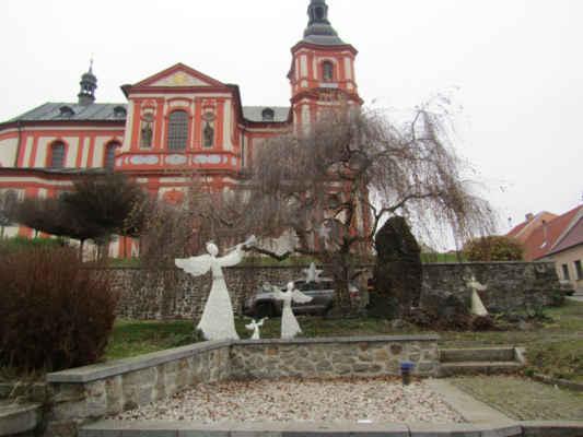 Kostel Nanebevzetí Panny Marie - Pozdně barokní stavba podle plánů K. I. Dientzenhofera. Podle původních plánů nebyly dokončeny věže, dostavěny až v r. 1995. Ve zvonici jsou tři zvony a jeden je sv.Jan Nepomucký.
