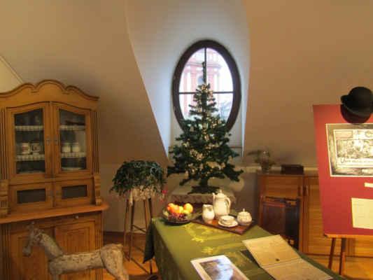 druhé patro s výstavou - k 100. výročí zapomenutého přeštického rodáka, spisovatele Louise Křikavy (12. 12. 1873 – 3. 7. 1920), výstavu s názvem 12 VYDECHNUTÍ LOUISE KŘIKAVY.