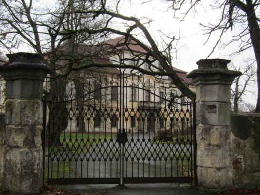 zámek Příchovice - Barokní obdélníkový jednopatrový zámek byl postaven v letech 1718-19 na místě původní tvrze. Hlavní průčelí zdobí erb Schönbornů a sochy atlantů od Lazara Widmanna. Objekt využívala ve 20. století armáda. V současné době je zámek v soukromém vlastnictví a slouží ke kulturním účelům. Např. v květnu se konají Slavnosti pivoněk.