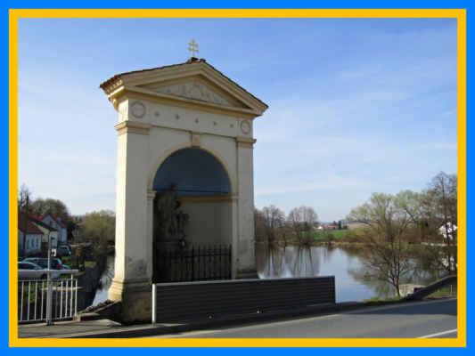 Naše putování začínáme u kaple sv.Jana Nepomuckého u Špitálského rybníka - zde bylo v minulosti místo, kde se zejména vítala procesí, která se přišla poklonit památcen sv.Jana Nepomuckého.