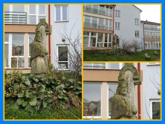 socha před Domem seniorů v ulici Za Kostelem - vytvořena v roce 2001 Matějem Štěrbou při sochařském sympoziu