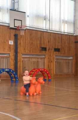 Hala TJ - Hala patřila dětem, které mohly zdolat překážkovou dráhu - nebo se jen pohoupat na gumovém zvířeti.
