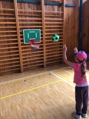 Hala TJ - Na basketbal v pravém slova smyslu nedošlo, ale hodit na koš si mohl každý.