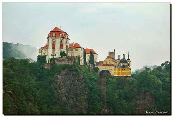 Zámek leží na jižní hranici českého státu asi 110 kilometrů od Vídně a patří k nejhodnotnějším světským stavbám středoevropského baroka.