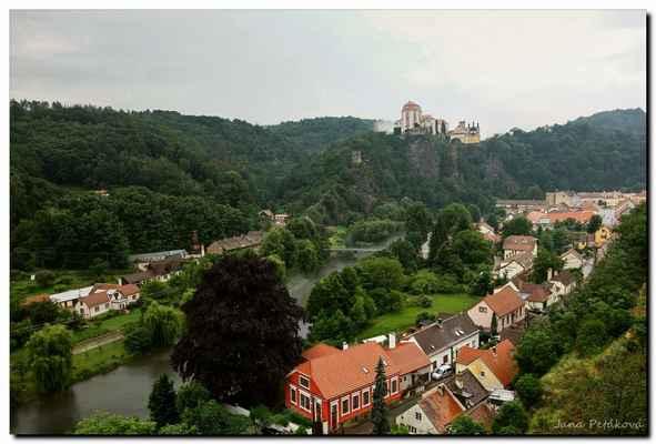 Vznikl přestavbou z hradu připomínaného poprvé k roku 1100 a nachází se v západní části Národního parku Podyjí nad stejnojmennou obcí.