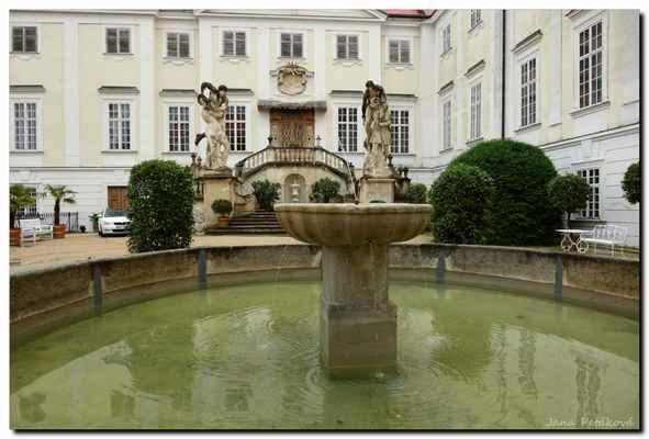 Barokní zámek byl původně vybudovaný jako jeden z prvků podyjské obranné soustavy při jižní hranici země.