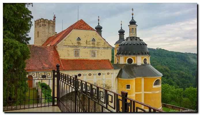 Současnou podobu zámku mu vtiskli po ničivém požáru v roce 1665 hrabata Althannové.