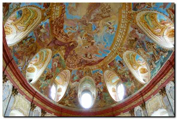Má bohatě zdobené stěny s reliéfy a freskami