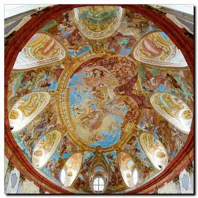 skvostná freska na stropě sálu oslavuje rod Althannů