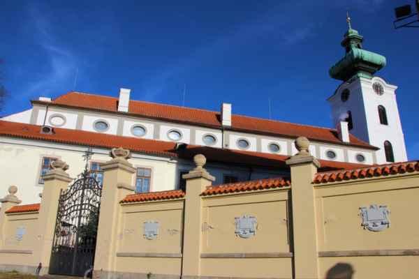 Pohled na klášter dominikánů, který patří mezi nejstarší památky města. Založil jej roku 1265 Přemysl Otakar II.