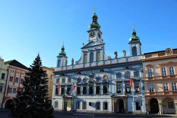 Pohledy na budovu radnice, která byla postavena v letech 1727 až 1730.