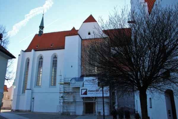 Pohled na kostel Obětování Panny Marie, jde o nejstarší památku Českých Budějovic.