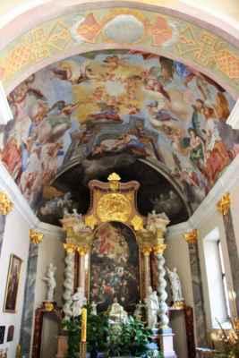 Interiér katedrály svatého Mikuláše. Byl to původně gotický kostel, založený ve 13. století. V 17. století byl přestavěn do dnešní podoby.