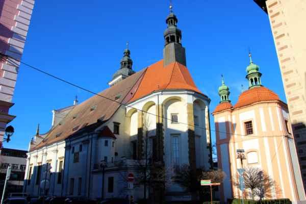 Vzdálený pohled na katedrálu svatého Mikuláše.