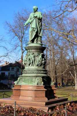 Pomník Vojtěcha Lanny, který byl významným, místním rodákem. (1805-1866)