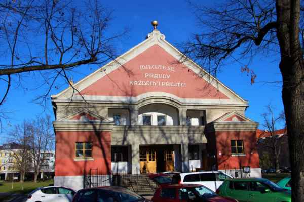 """Pohledy na kostel """"Husův sbor"""". Byl postaven roku 1924. Zde probíhal koncert vokální skupiny Marika Singers."""
