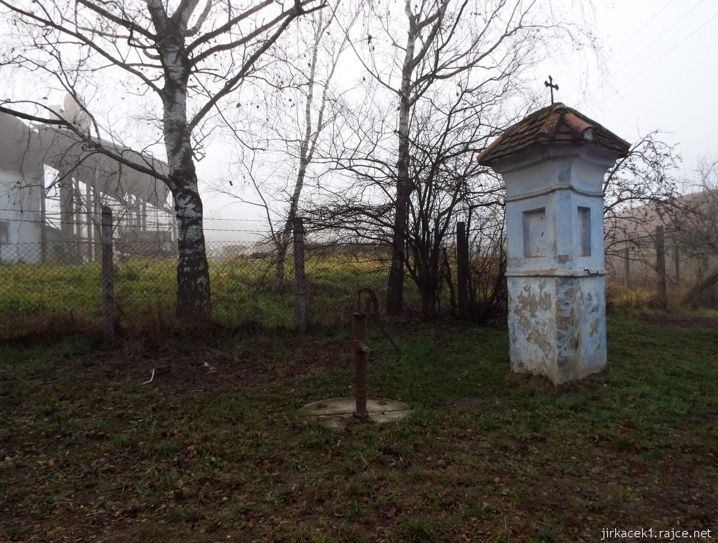 098 - pumpa a Boží muka v obci Soběsuky