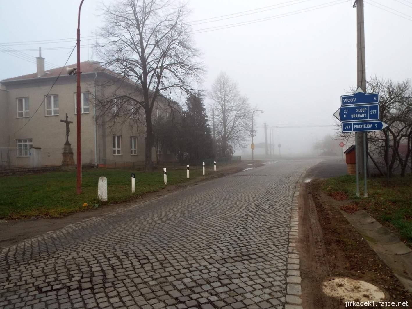 102 - kostková silnice v obci Soběsuky