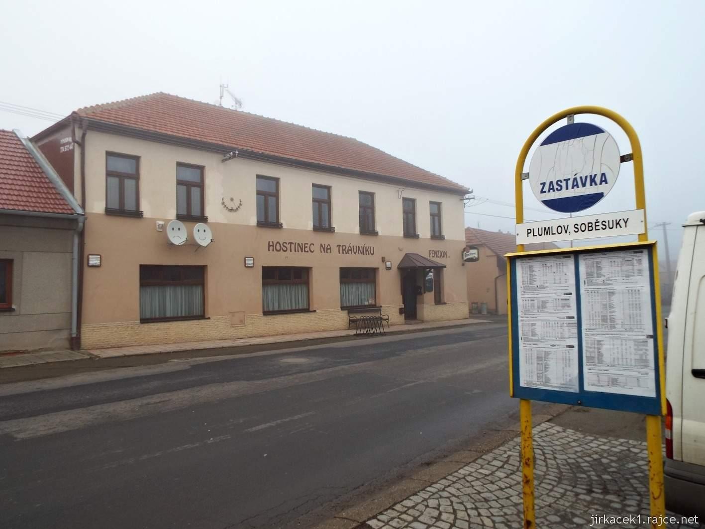 107 - autobusová zastávka a hospoda Na trávníku v obci Soběsuky