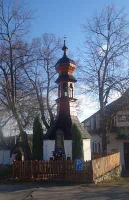Zvonička na návsi je z druhé poloviny 18. století. Je šestiúhelníkového půdorysu, stěny jsou zděné, střecha je stanová, uprostřed půdorysu je umístěna cibulová věžička s lucernou. Střecha kaple i báň věžičky jsou kryty šindelem. Před zvoničkou je památník obětem 1.SV a 2.SV
