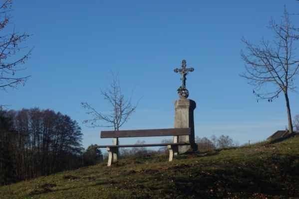 Lavička u křížku nad Třebsínem.