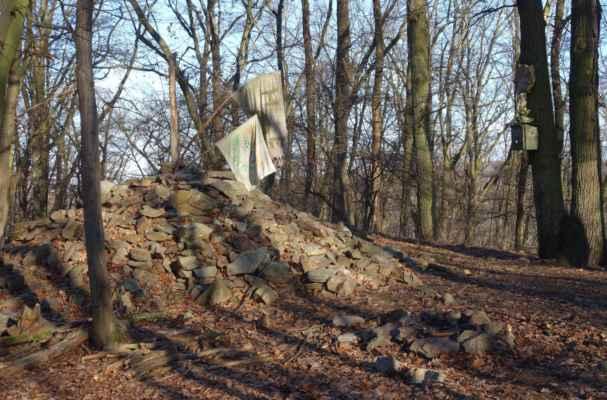Mohyla na vrcholové kótě 417 m n.m.