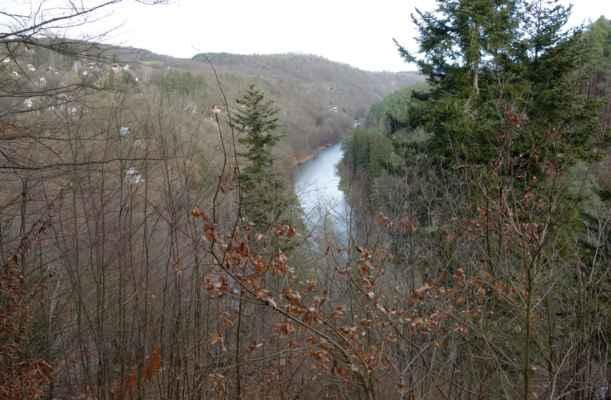 Výhled z Raisovy vyhlídky. Ta je pojmenovaná po spisovateli K. V. Raisovi, který sem údajně rád chodíval.